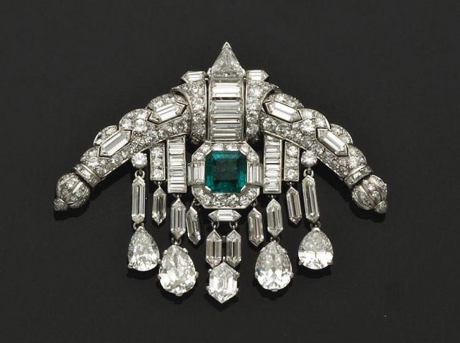 бриллиантовая брошь с крупными изумрудами и английской королевской коллекции драгоценностей. Слева - брошь арт-деко, справа - Брошь Бристоля.