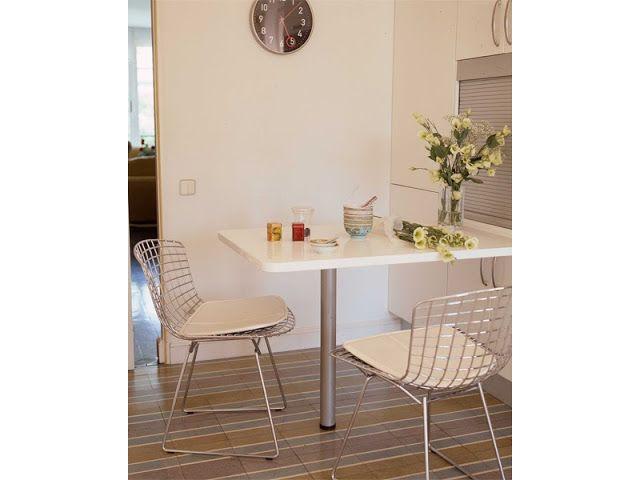 Sillas Bertoia en la mesa auxiliar de la cocina - http://www.decoratualma.com/es/sillas/2456-replica-bertoia-wide-chair-kids-blanco.html El estilo de María Lladó