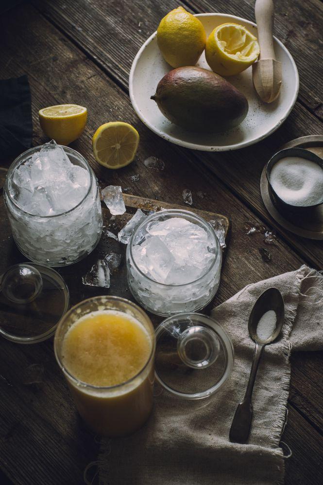 В жаркие дни нет ничего лучше, чем бокал охлаждающего коктейля. Эти освежающие напитки соответствую летнему настроению, соблазняют звенящими кубиками льда и ягодно-фруктовыми украшениями.  Для того, чтобы охладиться в середине дня, я готовлю различные лимонады, и вариант с манго один из самых любимых. Главное – правильные манго и льда по-больше! #recipe # рецепт #лимонад #limonade #diy #kitchen #food #lemon