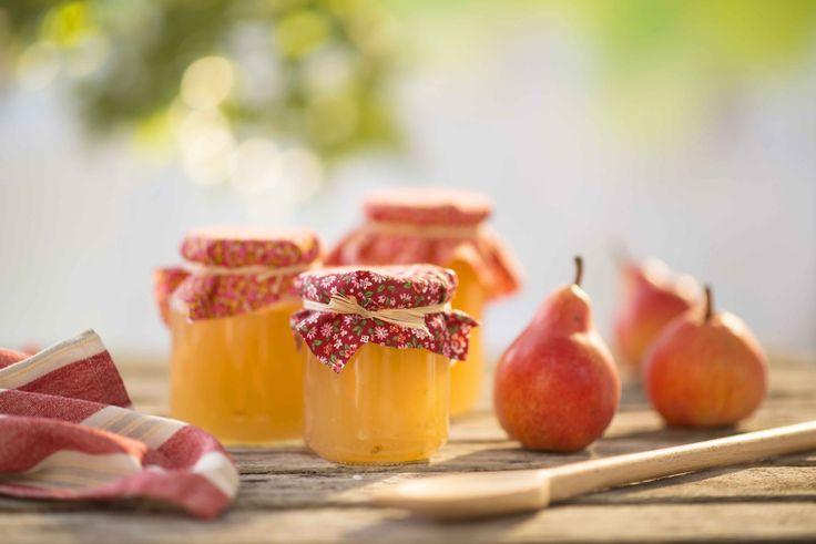 Όλες τις εποχές του χρόνου η χώρα μας πλημμυρίζει με φρούτα ιδανικά για σπιτικές μαρμελάδες. Φθινόπωρο και χειμώνα, τα μήλα, τα αχλάδια, τα σταφύλια, τα κυδώνια, τα πορτοκάλια... Άνοιξη και καλοκαίρι, οι φράουλες, τα κεράσια, τα βερίκοκα, τα ροδάκινα... Όλα φρέσκα και αρωματικά. Το μόνο που μένει είναι να μάθετε πώς να φτιάξετε μαζί τους τις τέλειες μαρμελάδες.