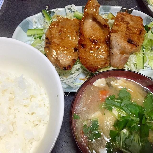 白米も味噌汁もおかわりしてお腹いっぱいぱい #夕飯 - 5件のもぐもぐ - 豚のジンジャー焼き、具沢山味噌汁、白米、キャベツきゅうりサラダ by ms903