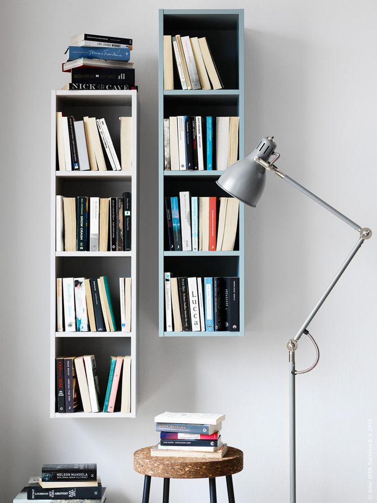Den lilla hyllan APELVIKEN kan hängas både horisontellt och vertikalt på väggen, häng flera på rad eller en enda som ett utropstecken på väggen. APELVIKEN hylla finns i en ljusgrå och blågrön nyans, fina till en samling pocketböcker och lätta att placera, SINNERLIG pall, ARÖD golv- och läslampa.