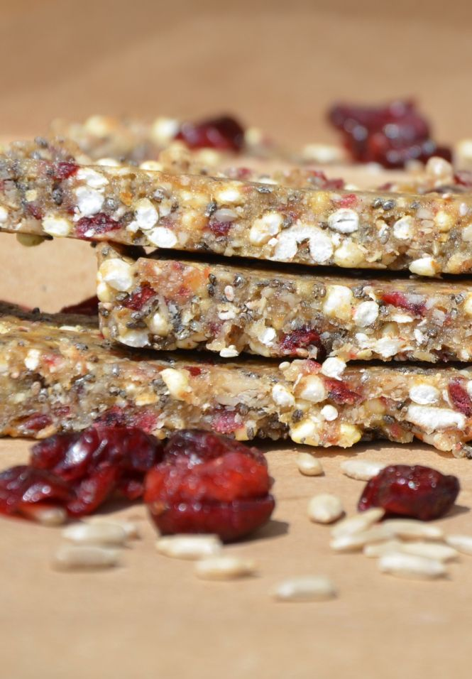 Superfood Energybar: Chia-Cranberry vegan, roh, zuckerfrei Entdeckt von www.vegaliferocks.de✨ I Fleischlos glücklich, fit & Gesund✨ I Follow me for more inspiration  @ vegaliferocks