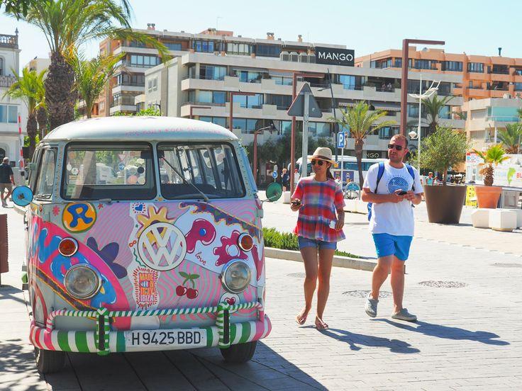 Zon, zee, strand, feestjes, vega-food, ongeremdheid, boho-vibes, liefde, vrijheid… Het populaire Ibiza is eeneiland met eindeloos veel gezichten en een plek waar alles lijkt te kunnen. Je ka…