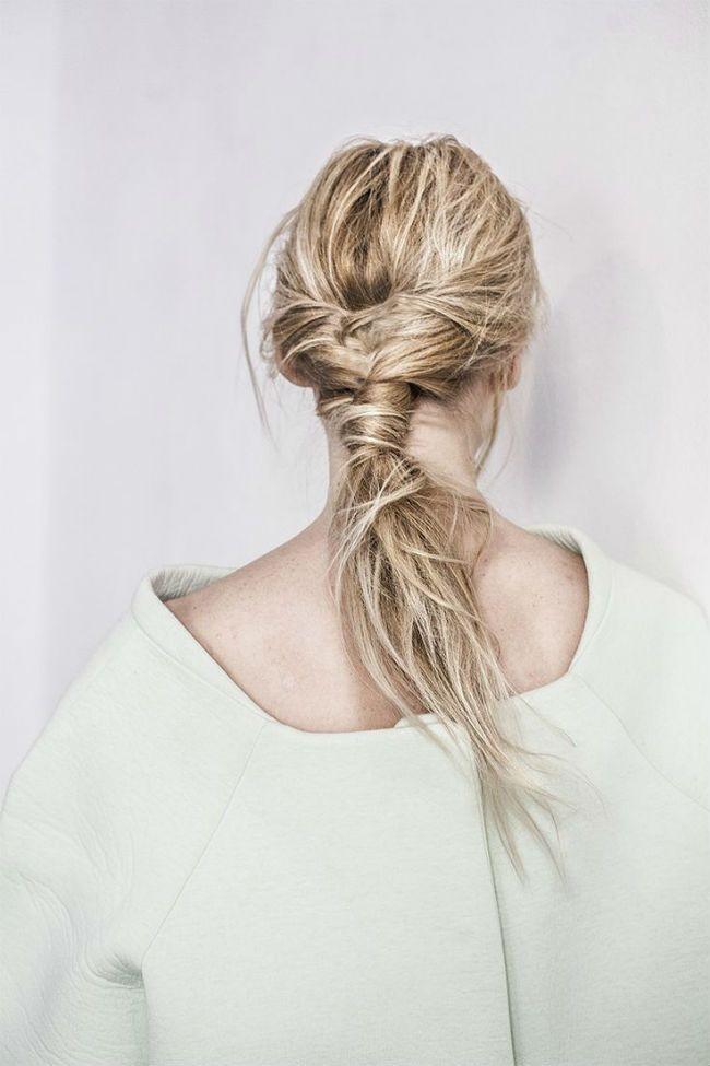 Dans le même genre, on a également repéré cette coiffure. Ici aussi les cheveux sont enroulés sur eux-mêmes pour créer la queue de cheval. Cependant, ils ne sont pas autant tirés à l'arrière de la tête et sont noués plus bas sur la nuque. Le résultat est un petit peu « fou fou », des mèches s'échappent de l'attache, on dirait presque que les cheveux ont été attachés « à la va vite », au saut du lit. Idéal si votre robe est très sage et que vous voulez donnez une touche rock'n'roll à votre…