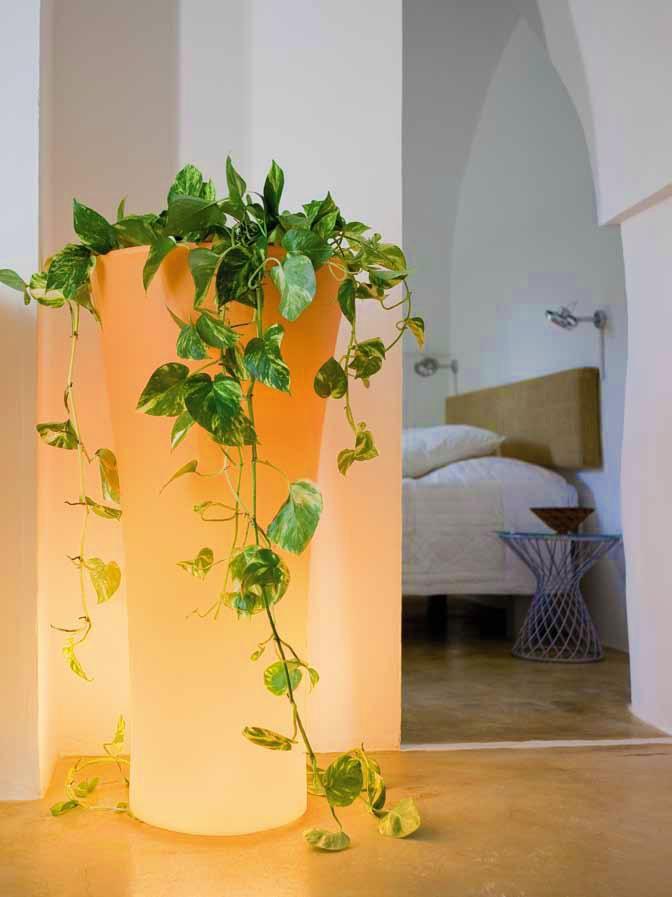 Decoración minimalísta y tecnología LED: Estos maceteros con luz se elaboran con polietileno material que suma más ventajas a la maceta, ya que es un tipo de plástico muy resistente frente a los agentes externos además de fácil de limpiar y ligero. LEER MAS: http://www.enchufix.com/blog/minimalismo-y-tecnologia-led-en-tus-macetas-jardineras-iluminadas/