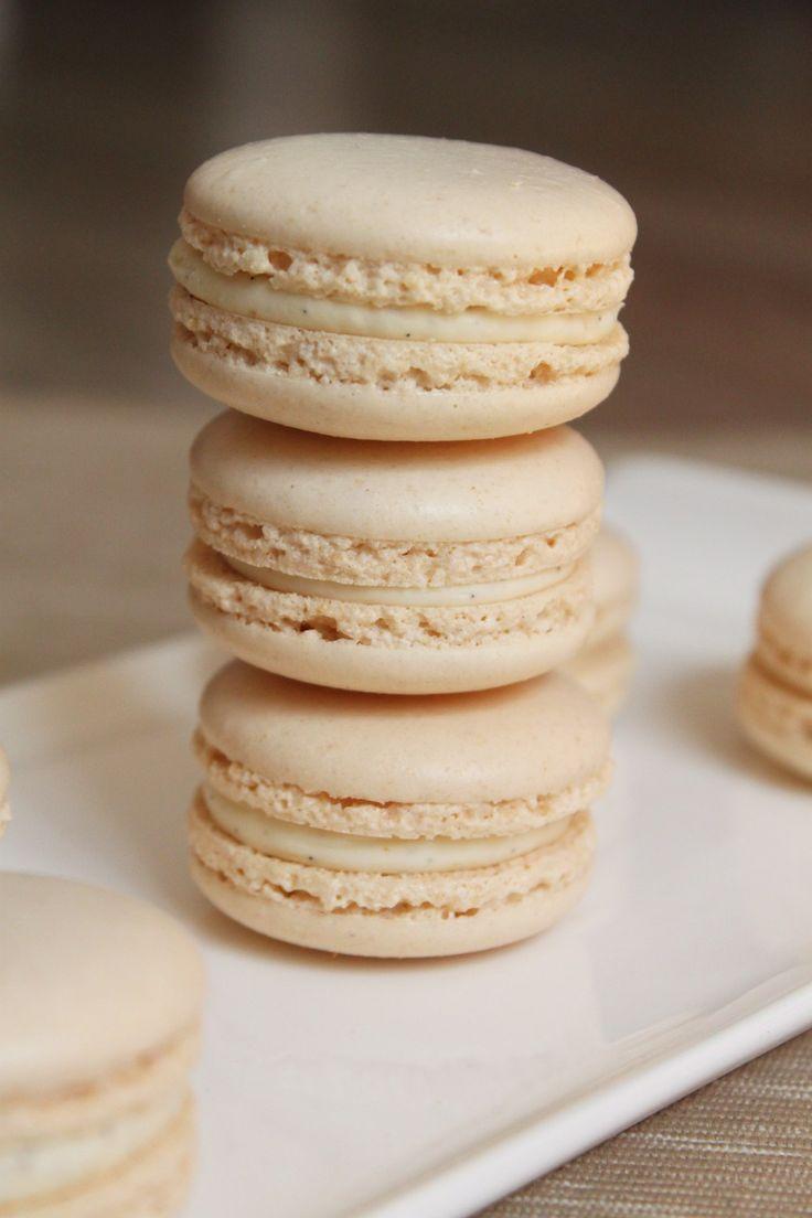 Voici une nouvelle recette de macarons, un incontournable finalement : des macarons à la vanille et à la fève tonka.