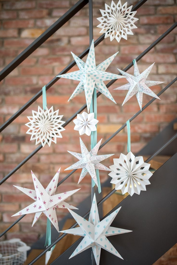 DIY Sterne aus Papier als Weihnachtsdeko in Pastellfarben und Weiß im skandinavischen Look für das Wohnzimmer