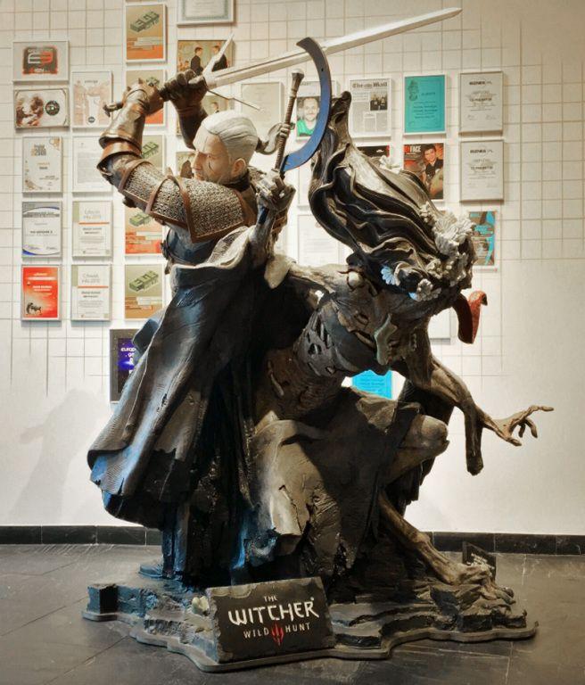 Czy są wśród nas fani Wiedźmina? Załoga CD Projekt RED uwieczniła scenę starcia wiedźmina z upiorem w formie kolosalnej, ważącej ponad 100 kilogramów figury. Szczegółowo wykonana rzeźba mierzy ponad 2 metry i podbije serce nie tylko zaciętych kolekcjonerów