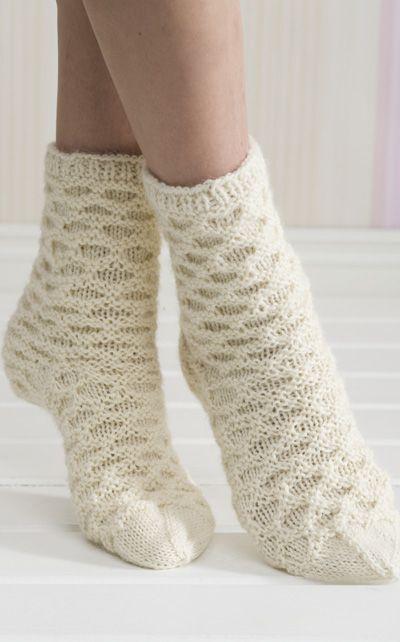Novita Oy - Neulotut hunajakenno-villasukat (knitting pattern in Finnish)