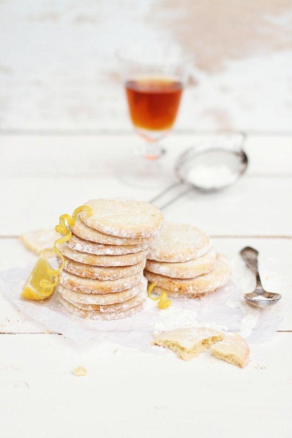 Biscotti con rum e scorza di limone