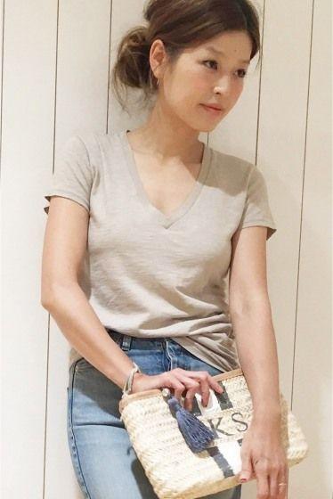 CALUX SLAB Tシャツ  CALUX SLAB Tシャツ 9180 夏の必需品Tシャツ一枚で着て主役に時にはカーディガンやシャツを羽織って引き立て役に そんな着こなしが出来るのもサイズ感や型の美しさならではの1着です CALUXキャラクス 糸から開発し洋服が出来上がるまで一貫して自社製造しているアメリカ発のメンズブランド 今回はパターンをレディースに落としデザインをオーダーしたDeuxieme Classeだけのスペシャルなアイテム 取り扱いについては商品についている洗濯表示にてご確認下さい 店頭及び屋外での撮影画像は光の当たり具合で色味が違って見える場合があります 商品の色味はスタジオ撮影の画像をご参照下さい グレーのみコットン90ポリエステル10 ホワイトベージュ着用スタッフ身長:164cm 着用サイズフリー グレー着用スタッフ身長:158cm 着用サイズフリー モデルサイズ:身長:165cm バスト:73cm ウェスト:58cm ヒップ:85cm 着用サイズ:フリー