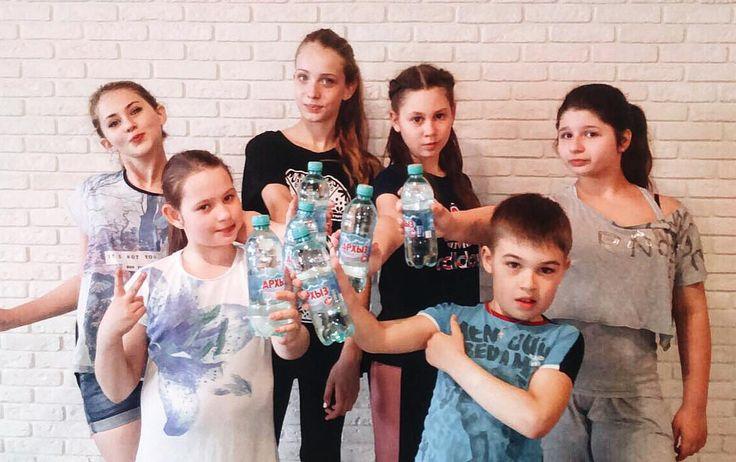"""Дети выбирают """"Архыз"""" Помните что устами младенца глаголет истина поэтому советуем вам следовать примеру младших #водаархыз #архыз #устамимладенца #дети #выбор #вода #питьеваявода #польза #здоровье #зож #польза #полезно #выбордетей #ребенок #спорт #water #child #kids #happy #family #fun #like #follow #healthy #healthyliving #children #childrenphoto #childhood by arkhizwater"""