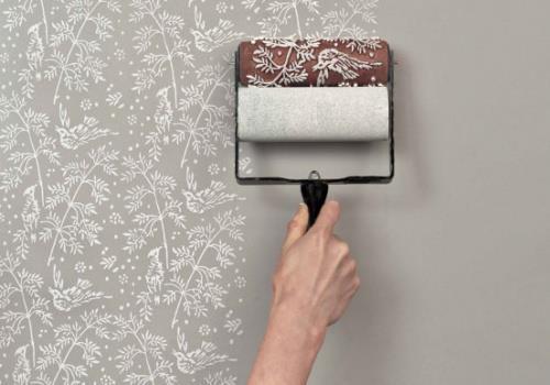 Para quem quer dar uma cara nova aos cômodos da casa, mas não é muito fã do papel de parede, a solução é o carimbo de parede! Leia mais: http://abr.io/65u5