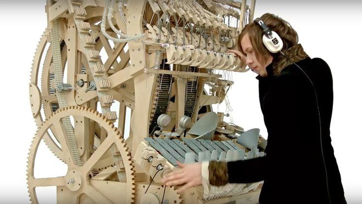 Svenske Martin Molin har bygget et gigantisk musikkinstrument med 2000 klinkekuler. Musikkvideo.