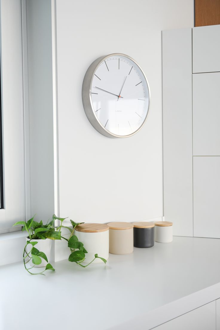 Modern kitchen styling layers equals small minimal storage units. Tip: Plants are great to bring in color