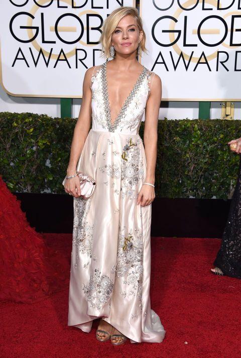 Sienna Miller ha sfoggiato uno dei migliori abiti in satin alla cerimonia dei Golden Globes 2015.  -cosmopolitan.it