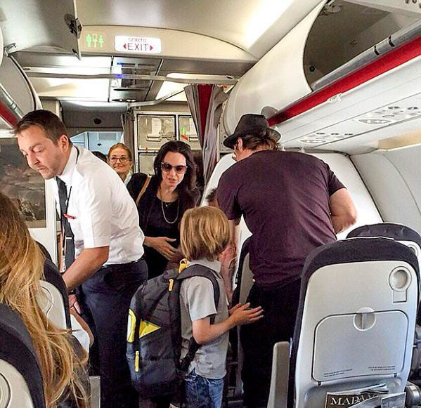 ¡Sorpresa! Angelina Jolie, Brad Pitt y sus hijos también viajan en clase turista