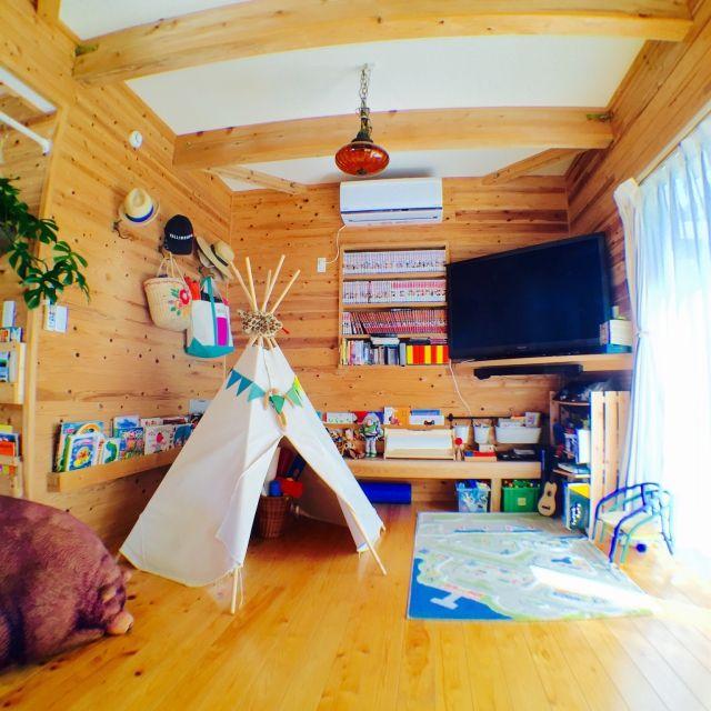 miiiさんの、リビング,IKEA,DIY,板壁,アンティークランプ,無垢材,姫モンステラ,木の家,無垢フローリング,絵本ラック,すのこ棚,キッズスペース (リビング),ティピ,のお部屋写真
