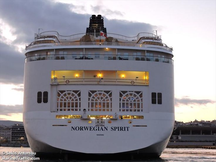 Το Norwegian Spirit ενώ ετοιμάζεται ν' αποπλεύσει από τον Πειραιά. 27/09/2015.