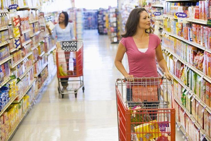 GFK: Românii cumpără mai puține produse, dar mai scumpe