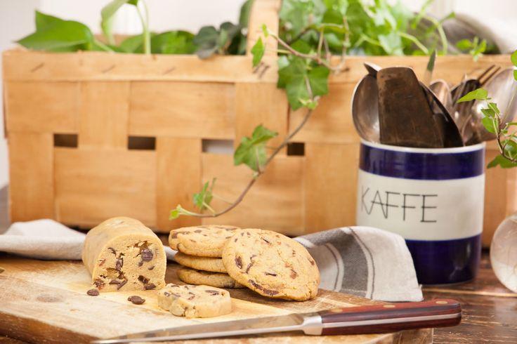 Att ha kakdeg i frysen är det absolut bästa sättet att förebygga akuta kaksugssituationer! Den här chocolate-chip-cookie-rullen tar man fram vid behov, skär några skivor av och gräddar. Vips så har man nybakade kakor på 10 minuter.
