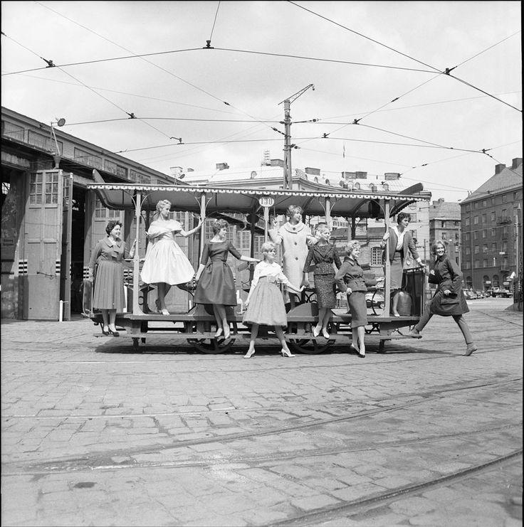 Modefotografering med öppen hästspårvagn, 12 juni 1959.