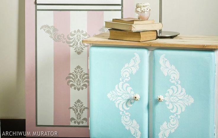 W zrób to sam pomysł na stylowe dekoracje do sypialni. Panel w różowe pasy i szafka nocna w wesołym kolorze sprawią, że sypialnia będzie oryginalna i pełna kobiecego wdzięku. Zobacz, jak zrobić ozdoby do sypialni: malujemy panel i szafkę nocną.