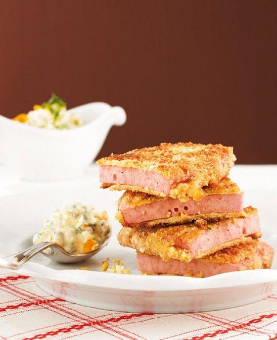 Leberkäse Wiener Art: Köstlich paniert und in kleine Häppchen geteilt ist der Leberkäse mit Dip ein super Party-Snack!
