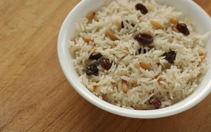 Ainda tem alguns frutos secos que sobraram das festividades? Aproveite-os e prepare este delicioso e rico acompanhamento... #Arroz_com_passas_e_pinhões #receitas #acompanhamento #arroz #frutossecos