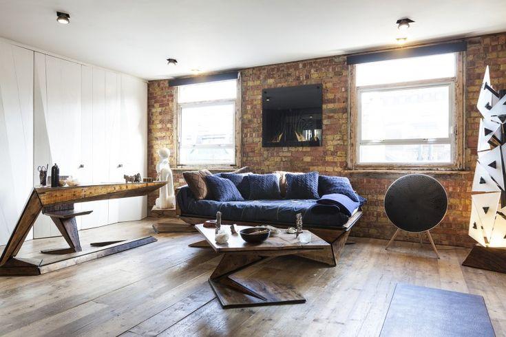 Salon avec canapé bleu