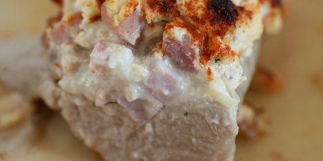 Svinemørbrad med fyld af smøreost, skinke og forårsløg.