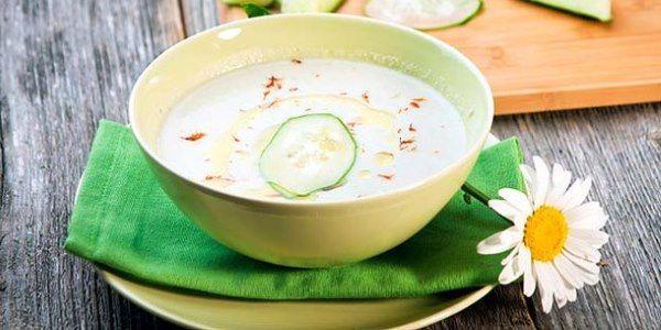 ZUPPA AVOCADO E CETRIOLO Pelate e tagliate a tocchetti l'avocado, il cetriolo e lo scalogno. Trasferite il tutto in un frullatore insieme a due cucchiai di yogurt di soia, due cucchiai di succo di limone ed una manciata di prezzemolo tritato. Aggiungete un bicchiere d'acqua fredda e frullate. Regolate di sale e di pepe e guarnite con semi di cumino e foglie di prezzemolo