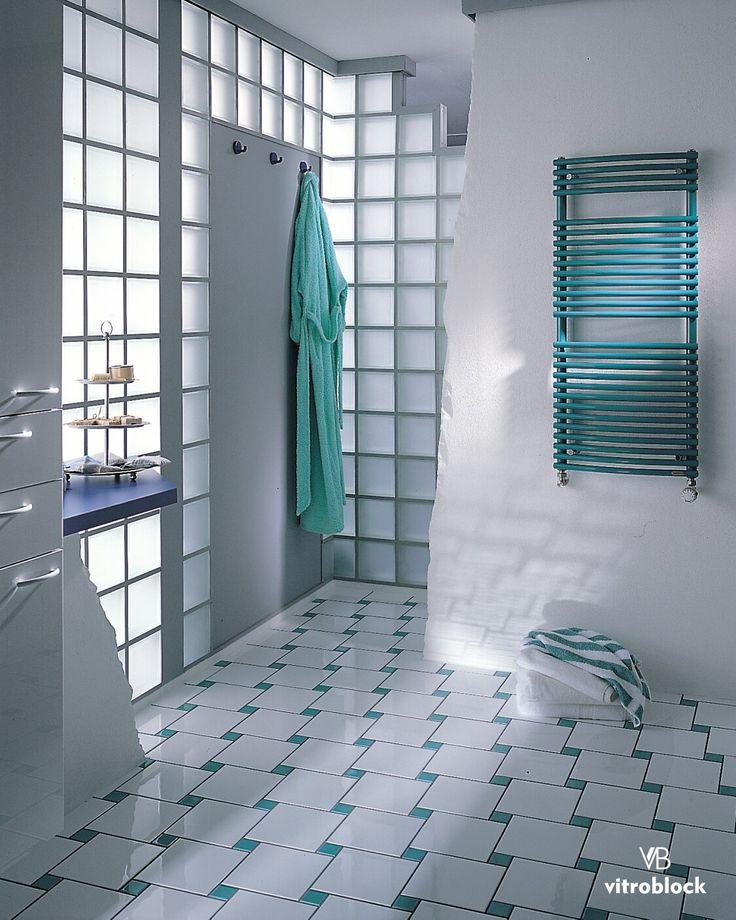 APROVECHAR AL MÁXIMO LA LUZ NATURAL. Baño construído con ladrillos de vidrio, la solución ideal para añadir brillo en los puntos oscuros y hacer el espacio más abierto. ⚬Son resistentes al agua y fáciles de limpiar. ⚬Ofrecen una variedad de opciones, como diseños lisos o satinados, para proteger su privacidad y tener una mayor discreción. . . #Vitroblock #LadrilloDeVidrio #Toilette #Baño #Arquitectura #CasaIdeas #Ambientes #Ideas #DecoHogar