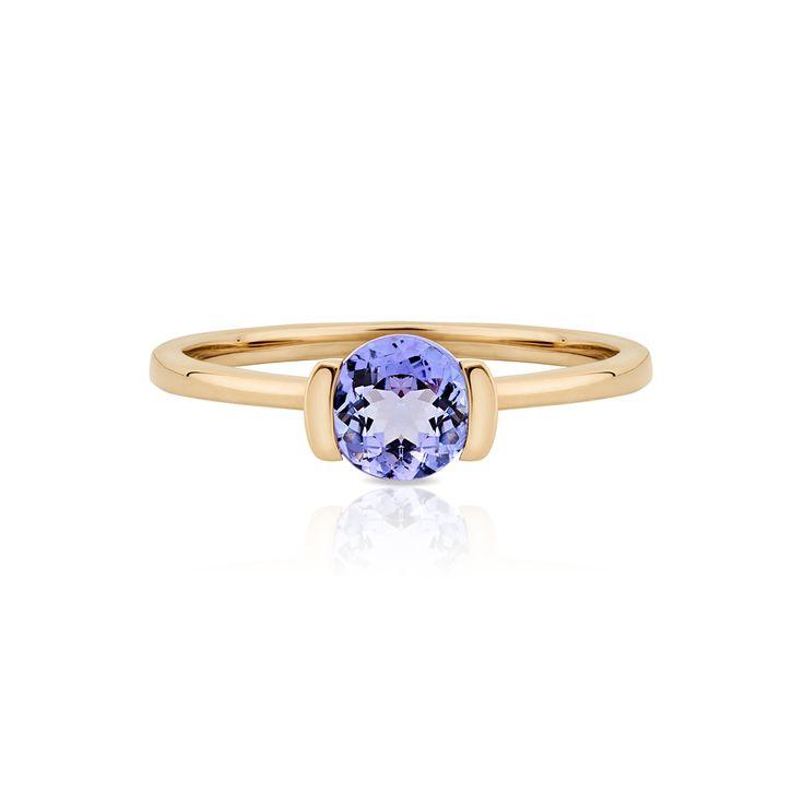 Złoty pierścionek z tanzanitami. Wyjątkowa, szlachetna propozycja od W.KRUK. Romantyczny wzór, który zachwyca nadzwyczajną barwą, wzornictwem i precyzją wykonania, może stanowić wymarzony pierścionek zaręczynowy lub elegancką biżuterię do wieczorowych kreacji. Pierścionek można dopełnić wisiorkiem, bransoletką i kolczykami ze złota i tanzanitów, tworząc w ten sposób piękny komplet biżuterii.