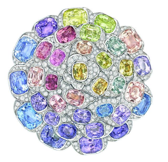 Une pluie de pierres arc-en-ciel, entre saphirs multicolores, grenats, émeraudes et améthystes flamboyants, pour éclairer la haute joaillerie du moment d'une impulsion néon. Pour parer ces bijoux et ces montres, ils ont choisis les pierres les plus flamboyantes comme les saphirs multicolores, les grenats, émeraude, améthyste... Ces pièces ont été choisis pour vous illuminer.