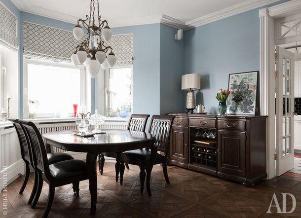Гостиная-столовая. Столовая группа и буфет, Raymour & Flanigan. Люстра, Berliner Messinglampen. Двери изготовлены по эскизам дизайнеров.