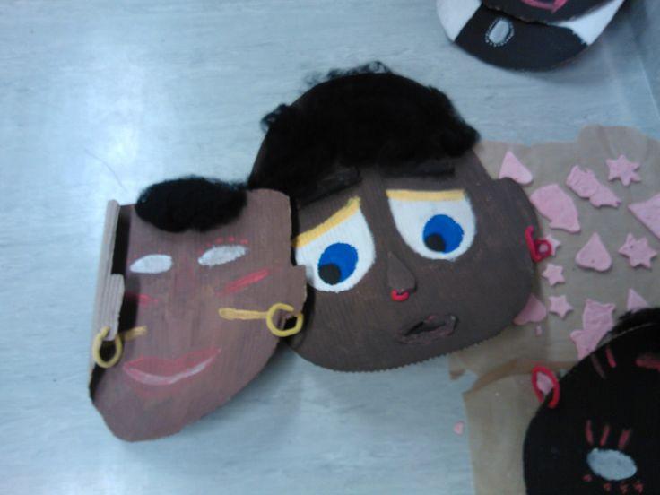 Aaltopahvista valmistettu afrikkainen naamio. Koristele se halutulla tavalla itse.