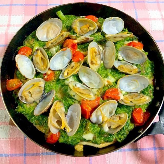 本日のグリルパン料理は、shikanoさんの春ピザ*\(^o^)/* アサリが多すぎて、蝶々がいっぱいで混み合ってます( ̄▽ ̄) この菜の花とアンチョビのソース美味し〜 shikanoさん、はじめまして(o^^o) 美味しいレシピ、ありがとうございます(o^^o) ともさんが作ってたのを見て、作ろうと思ったので、食べ友お願いします(o^^o) - 391件のもぐもぐ - shikanoさんの料理 アンチョビ菜の花ソースと浅利の春ピッツァ蝶の舞 by kumisausa
