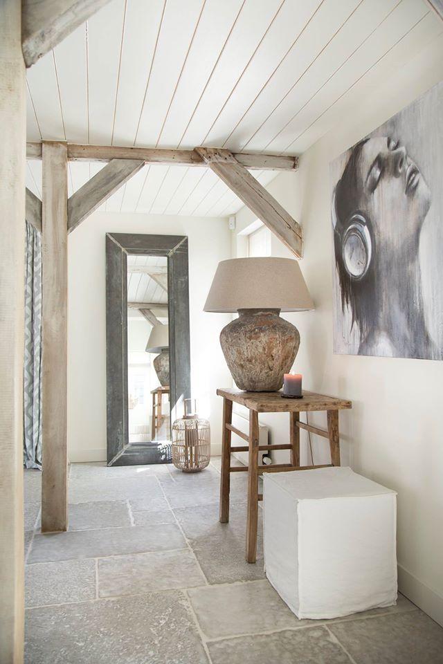 Potlamp van Hoffz Interieur, het schilderij van Christiaan Lieverse, het met fluweel beklede stoeltje van PTMD en de vloer van Castle Stones.