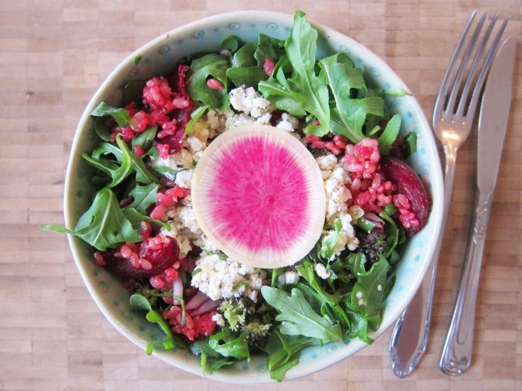 Quickest #foodbowl with short grain brown rice, beetroot, ruccola, cucumber and hemp seeds. Check out  www.theblondeyogi.com for recipe