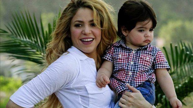 La cantante colombiana Shakira, con su hijo Milan Piqué, durante la inauguración de un megacolegio de su Fundación Pies Descalzos, en un barrio popular de Cartagena (Colombia). EFE