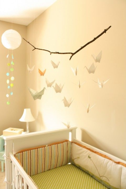 fabriquer un mobile pour bébé avec des grues en origami. The origami mobile could be a free DIY project, but it looks stunning and chic in place here over the crib.