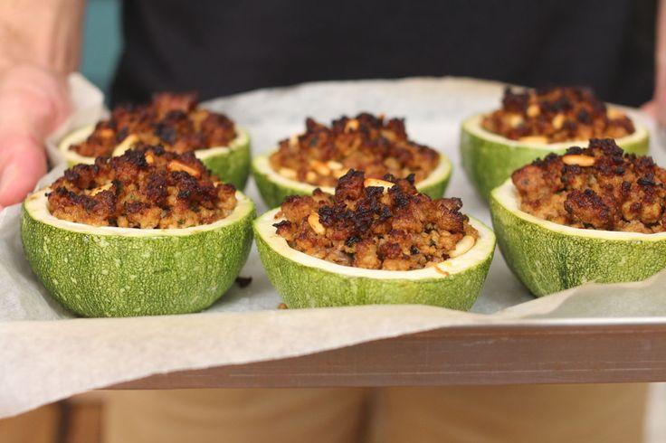 Le zucchine ripiene arrosto sono uno di quei piatti cult che almeno una volta nella vita va cucinato. Noi lo abbiamo arricchito con il sapore delle spezie.