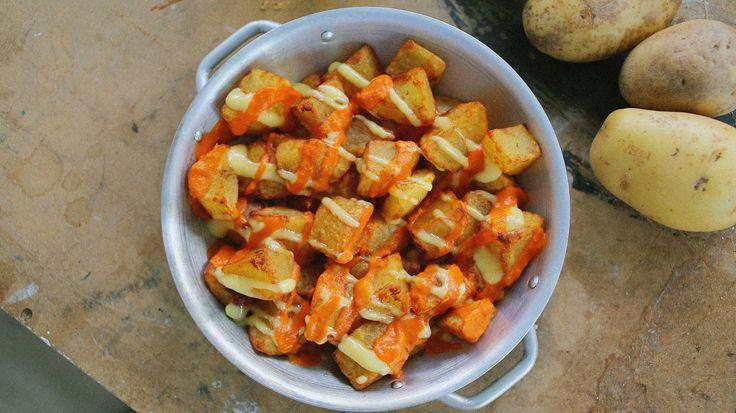 A spanyol tapasbárok egyik legalapabb kajája a patatas bravas: aki járt már spanyolországban, az jól tudja, hogy egy tökéletes sültkrumpliról és 2 finom szószról van szó. Ha ti is nosztalgiázva gondoltok vissza a padron paprika, a fehérboros chorizo, a crema catalana mellett a…