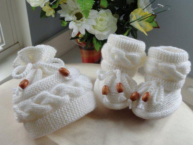 Вязаные сапожки и вязаные шапочки для детей.