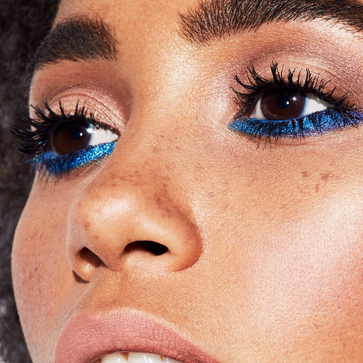 Summer makeup means experimenting with color and blue underliner is calling our…