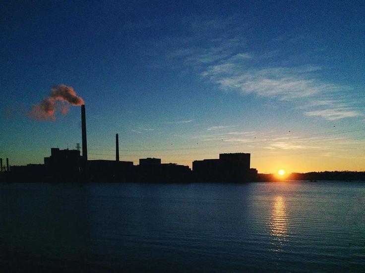 """Luontokuvahaaste 2/7. """"Ihmisluonto on semmone"""". Sunset in Hietaniemi Helsinki. Haastan @tarulp n"""