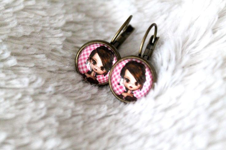 Boucles d'oreille dormeuses cabochon fillette : Boucles d'oreille par tom-fimo-creations