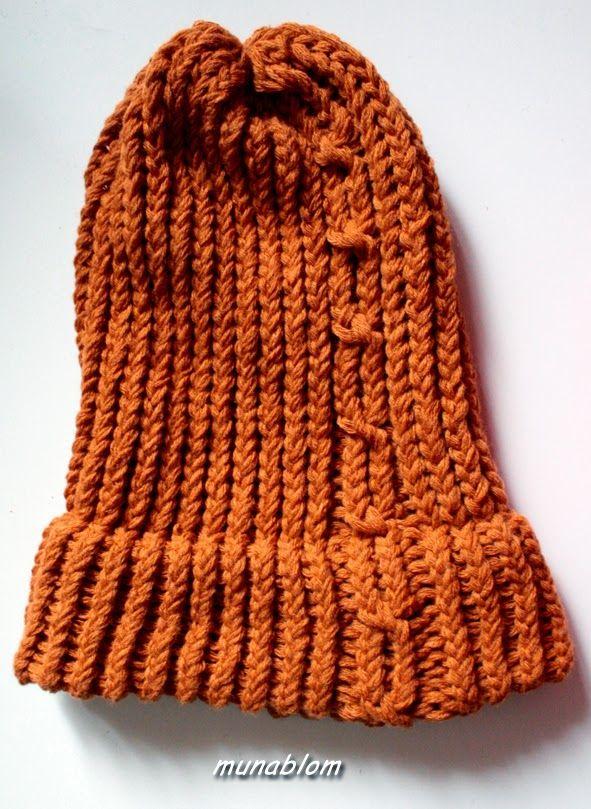 Ovy: Cappello a puffo con treccia, tessuto con telaio manuale.